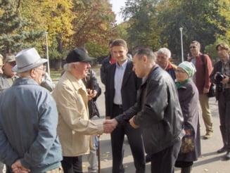 Diaconescu ii dovedeste lui Iliescu, cu poze, ca stie sa dea mana cu oamenii