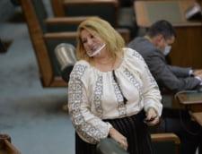 """Diana Sosoaca si-a tras pe fata un dispozitiv transparent spre finalul zilei in care a provocat circ in parlament: """"Este conforma, primesc aer peste tot"""""""