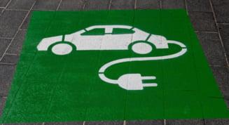 Dieselul și benzina pierd teren pe piața auto, unde doar mașinile electrice au o creștere record. Surpriza oferită de România