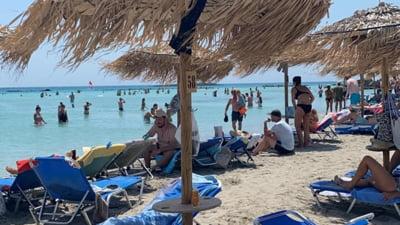 """Diferențe uriașe între prețurile la șezlonguri pe plajele din România versus Grecia. """"Când comanzi o cafea, primești o apă la 0,5 gratis"""""""