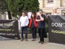 Discursul sefului CJUE la universitatea din Iasi, intrerupt de studentii care cer demisia lui Toader. Reactia oaspetelui strain
