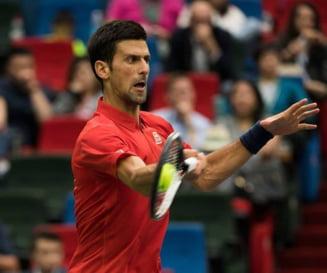 Djokovic, crize de nervi la Shanghai: A distrus o racheta si si-a rupt tricoul (Video)