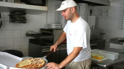 Doi adolescenti l-au atacat pe tanarul care le livra pizza. Au fost arestati preventiv
