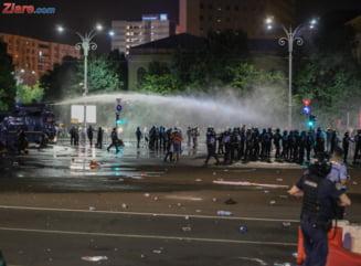 Doi barbati au fost retinuti in urma protestului de vineri. Politistii nu l-au prins pe cel care a sustras arma jandarmului