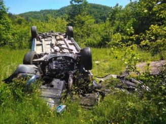 Doi barbati din Timis, implicati intr-un accident la Julita dupa ce s-au rasturnat cu masina in sant