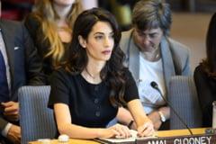 Doi jurnalisti Reuters aparati de Amal Clooney au iesit din inchisoare dupa 500 de zile