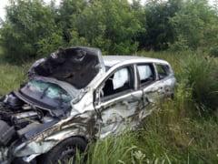 Doi morti si trei raniti, intr-un grav accident rutier produs pe un drum comunal. In masina era si un copil de trei ani