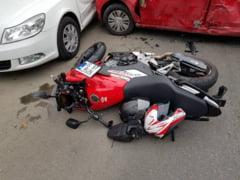 Doi motociclisti au zburat de pe motor dupa ce au lovit o masina ce a ricosat in alta