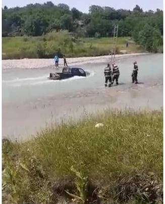 Doi oameni din Prahova, scosi de pompieri din apa dupa ce au mers sa spele masina la rau. Cei doi au fost prinsi de viitura VIDEO
