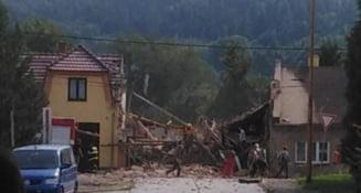 Doi pompieri au murit într-o explozie care a provocat prăbușirea unei clădiri. Autoritățile caută supraviețuitori sub dărâmături