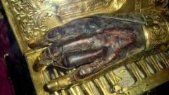 Doi preoti romani au furat moastele unui sfant din Grecia: Pelerinii au plecat cu mana stanga a Sfantului Haralambie