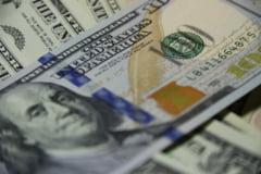 Dolarul a scazut marti la cel mai redus nivel din ultimii doi ani si jumatate