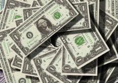 Dolarul continua sa creasca, euro stagneaza