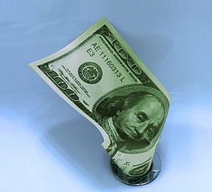 Dolarul isi pierde coroana de valuta dominanta. O superputere in drum spre colaps