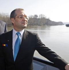 Domnul prim-ministru Boc, in cautarea cartii de Macroeconomie
