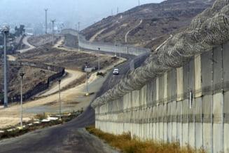 Donald Trump ar fi sugerat impuscarea imigrantilor in picioare si santuri cu aligatori pentru granita cu Mexic