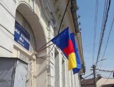 Dorel loveste in curtea scolii: A arborat un steag, dar nu al Romaniei
