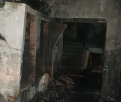 Două persoane fără adăpost au suferit arsuri într-un incendiu produs la o clădire dezafectată. Care e starea victimelor