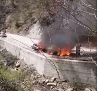 Doua autoturisme au ars in parcarea sitului arheologic Sarmizegetusa Regia din Muntii Orastiei