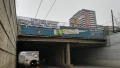 Doua bannere au aparut pe Podul Constanta, care azi implineste 80 de ani. Iata cine le-a arborat si de ce