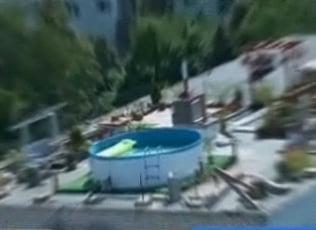 Doua familii de clujeni si-au facut piscina pe bloc
