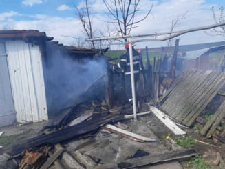 Doua gospodarii au luat foc dupa ce mai multi copii s-au jucat cu chibriturile. Focul putea ajunge la un rastel cu butelii