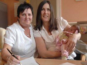 Doua lesbiene britanice au devenit parinti cu acte in regula