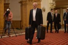 Dragnea anunta ca va mai aduce si alte valize, poate genti, dupa cele doua de astazi