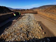 Drumul construit de romani acum 2.000 de ani, descoperit pe santierul Autostrazii Transilvania, nu va fi afectat de lucrari