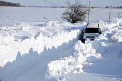 Drumuri blocate, ninsoare cu vant in rafale!