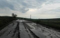 Drumuri inundate la Botosani. Mai mult de 25 de kilometri de drum judetean au suferit din cauza ploilor abundente. Botosaniul se afla sub cod galben