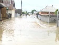 Dupa ninsori, inundatii: Zeci de gospodarii sub ape (Video)