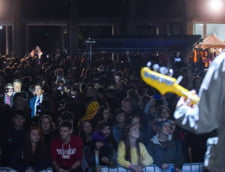 Dupa turul de forta de la Timisoara, Iohannis s-a relaxat la un concert printre studenti (Video)
