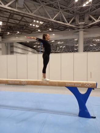"""Dureri cumplite pentru Larisa Iordache la Jocurile Olimpice. Gimnasta luptă din toate puterile pentru a concura în finala de la bârnă. """"Nu poate să împingă în picior pentru coborâre """" VIDEO"""