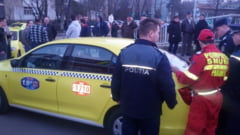 EXCLUSIV IMAGINI: Scene de groaza in Podul de Piatra: Clientii unui taxi s-au taiat cu cutitele in masina