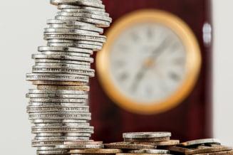 Economisirea la romani: unul din trei ar tine banii intr-un plic in sifonier