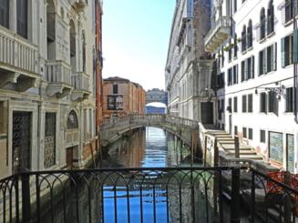 Efecte neasteptate ale COVID-19: A scazut mult poluarea, se vede cerul albastru, delfinii inoata in canalele Venetiei (Foto&video)