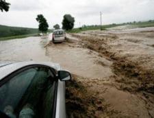 Efectele ploilor: Apa si mal pe DN intre Drobeta Turnu Severin si Orsova (Video)