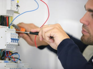 Electricienii autorizati pun pe primul loc siguranta noastra - tot ce trebuie sa stim despre serviciile lor