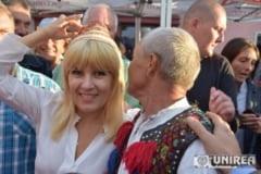Elena Udrea, asaltata de admiratori pentru pupe, poze si autografe