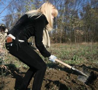 Elena Udrea, langa Basescu si-n agricultura. Si-a cumparat teren in comuna Nana