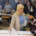 Elena Udrea a votat cu flori in brate si e sigura ca Dorin Cocos o voteaza din arest (Video)