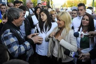 Elena Udrea explica fotografia controversata: Imi aranjam sutienul