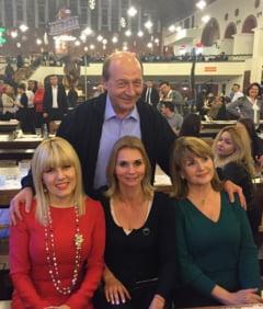 Elena Udrea ii canta lui Traian Basescu: Si fara tine-mi va fi greu (Video)