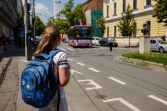 Eleva de 9 ani din Floresti, BATUTA de un politist local. Fapta s-a petrecut in autobuzul scolar