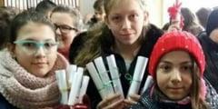 """Elevi de la Gimnaziul """"Aurel Mosora"""" au impartit ravase sighisorenilor de Ziua Culturii Nationale"""