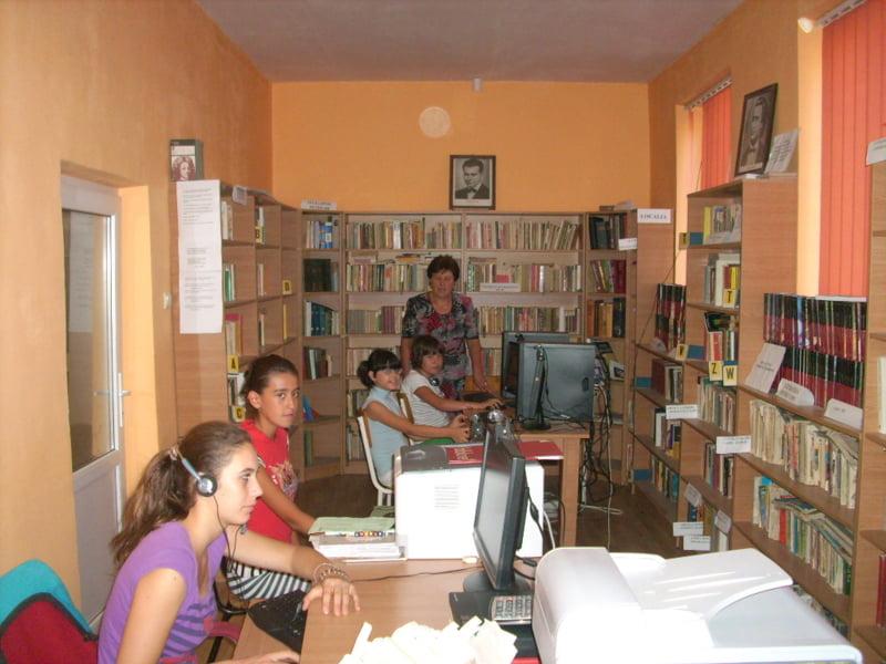 Elevi la calculatoarele Bibliotecii Bordesti