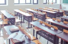 """Elevii încep noul an școlar cu un protest în fața Guvernului: """"Învăţământul este condus de indivizi siniştri care vor să îl îngroape"""""""