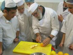 """Elevii de la Colegiul """"Gheorghe Asachi"""" Focsani se pregatesc cu un expert german in gastronomie"""