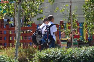 Elevul cu ADHD din Pitesti s-a intors la scoala - sta la ore impreuna cu mama